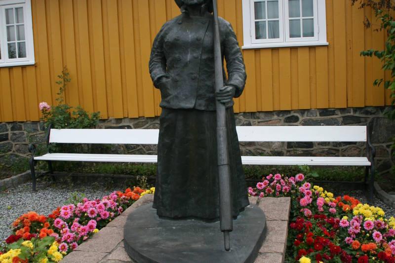 Fergekvinnen Jacobine er hedret med en statue som skuer utover Drøbaksundet. Det var her hun drev sin fergetrafikk.