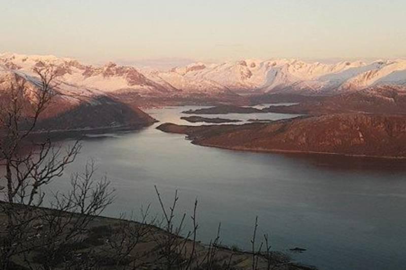 På vei opp med utsikt mot Reipå og Ørnes