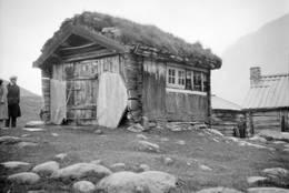 JO GJENDE-BUA: Jo Gjende bygde seg en enkel vaktbu ved Gjendesheim der han en periode av livet bodde året rundt og levde av jakt. Bua kan man se fra Gjendesheim i dag. - Foto: Pål Kluften / Maihaugen