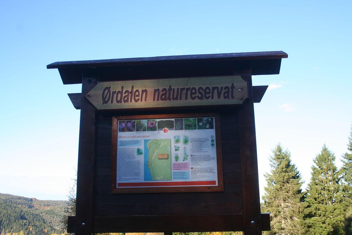 Informasjonstavle på beitet ved Ørdalen gård og parkeringen