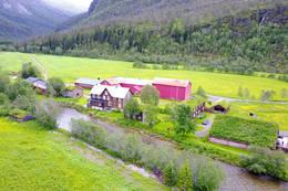 Den selvbetjente TT-hytta ligger ser du midt i bildet og ligger fint til ved elvekanten. - Foto: Jonny Remmereit
