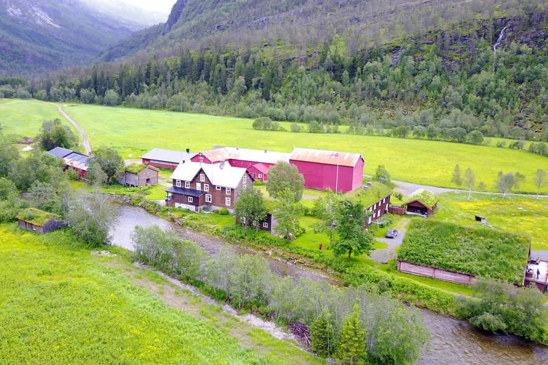 Den selvbetjente TT-hytta ligger ser du midt i bildet og ligger fint til ved elvekanten.