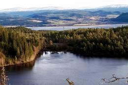 Haukåvatnet med vika der skihytta ligger. Leksdalsvatnet og grensefjella i øst i bakgrunnen - Foto: Karl Arne Melbye