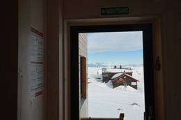 Utsikt mot den gamle hytta fra den nye - Foto: