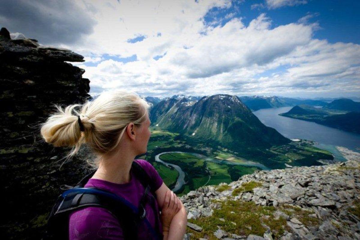 Fra Åkesvarden, ca. halvveis på turen. Utsikt mot Isterdalen, Rauma elv, Åndalsnes og Romsdalsfjorden.