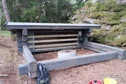 Nærbilde av Gudhøyhuken med sauesperrer -  Foto: DNT Vansjø