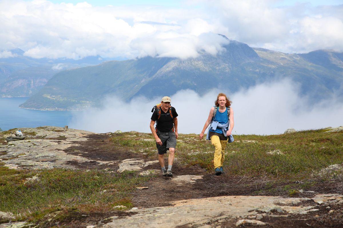 Etter en bratt stigning i starten flater det ut og du får Hardangervidda øst for deg og Sørfjorden vest for deg.