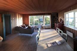 Stue med spisebord og sittegruppe, og fin utsikt! - Foto: