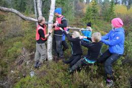 Naturfag og lek rundt hytta - Foto: Ukjent