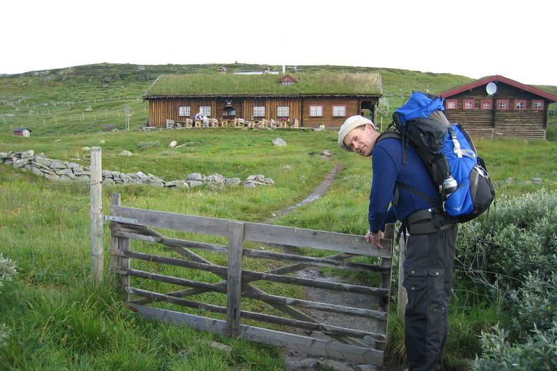 Ola Mathisen lukker grinda på Tuva er klar for turen mot Heinseter