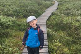 Glad gutt på klopper over våte partier. -  Foto: Øystein Svastuen