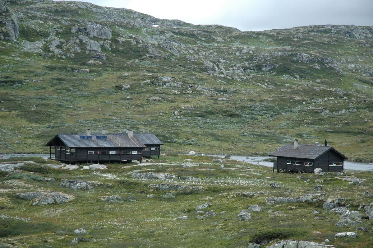 Flere bygg på Kjeldebu. Hytte A og B og også en egen hytte til hyttevakten.