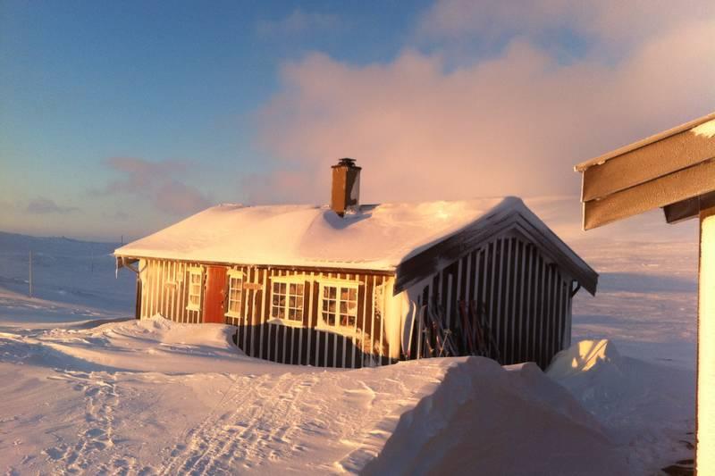 Kjølihytta i fin morgensol ca kl 09:30 den 29 januar. Det blåser relativt friskt og temperaturen er 14 blå grader.