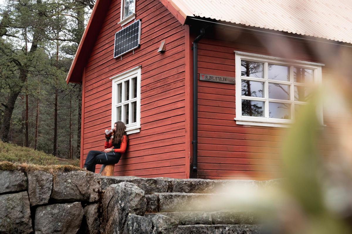 En pust i bakken i hytteveggen etter endt marsj opp bakken fra Flørli.
