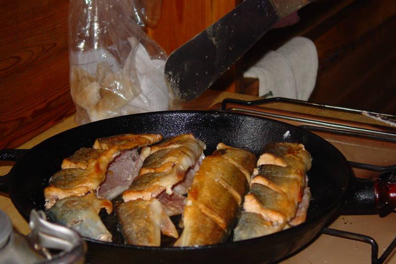 Er fangsten på nattstått bruk god, blir det steikfisk til frokost.