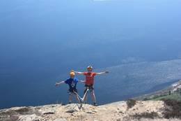 To glade gutter på toppoen av Munkstigen, for en fantastisk utsikt! - Foto: Ukjent