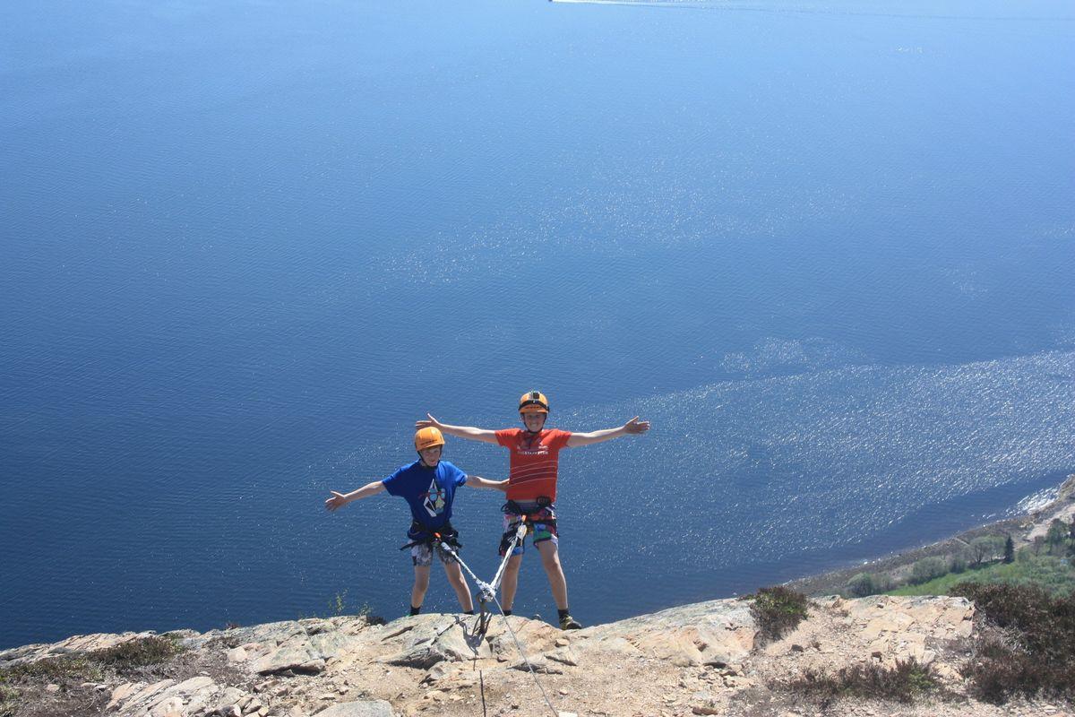 To glade gutter på toppoen av Munkstigen, for en fantastisk utsikt!