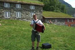 Kjell Einar Ormberg spelar toradar på tunet i Fuglesteg. Det er fleire kulturarrangement på Fuglesteg gjennom eit år  - Foto: Ingeborg Flaten