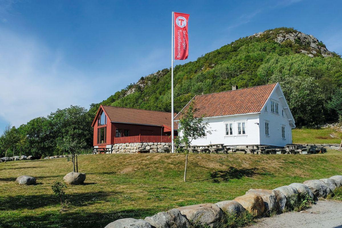 Turen starter ved Stavanger Turistforenings flotte anlegg på Gramstad. Her er åpen kafe hver torsdag og søndag i den røde låven, vår og høst.