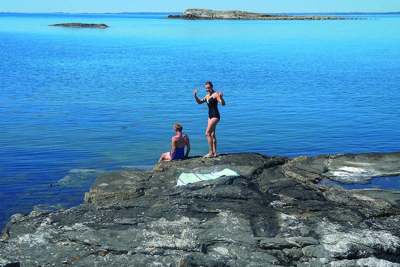 Det er fint å bade fra de mange svabergene på Fjøløy.