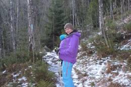 Tur på blåmerket sti med barn i bæresele -  Foto: Signe Riemer-Sørensen