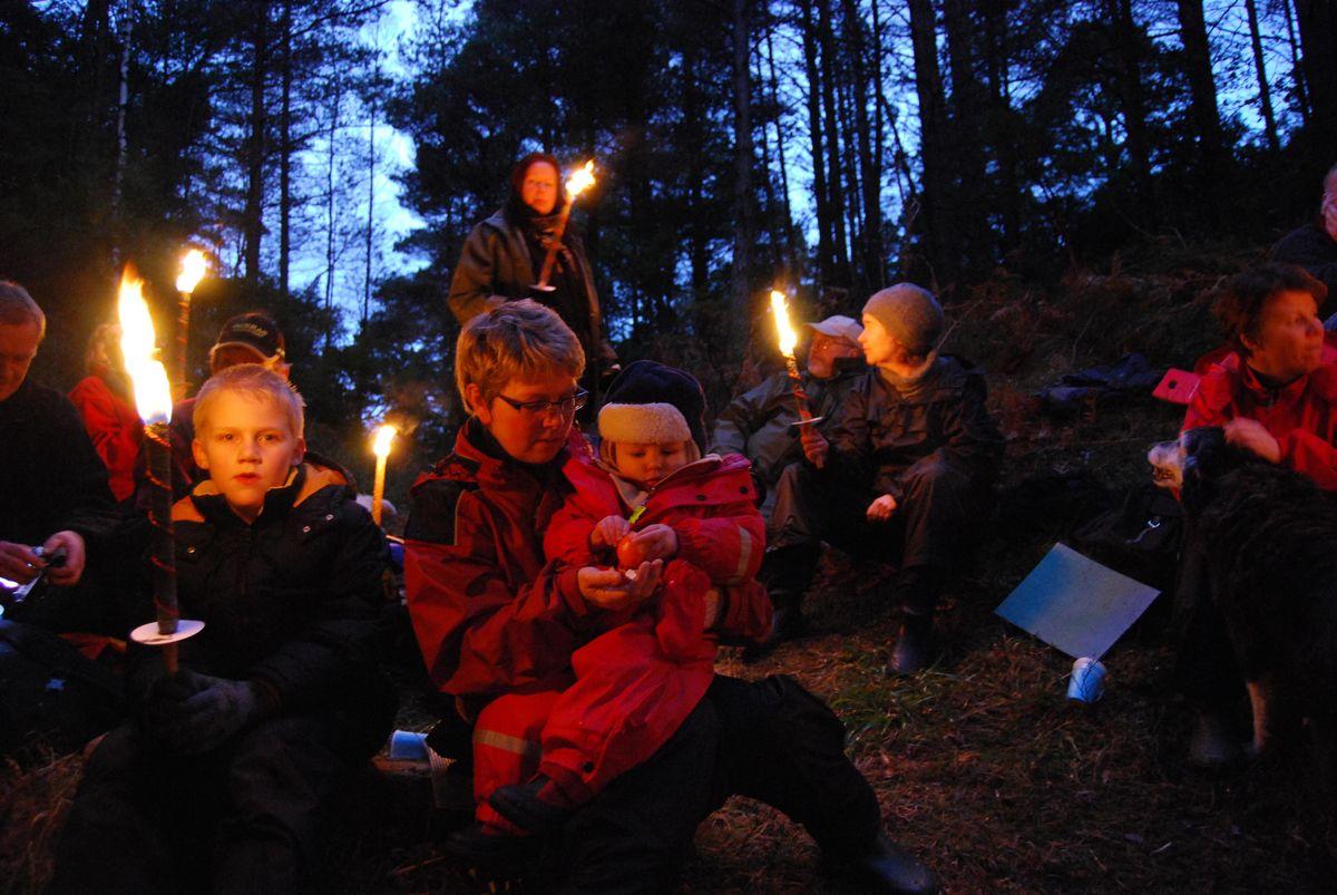 Fast nyttårsmarsj i Nordsjøløypa. Fakkeltog frå bålplassen til Kvalstad.