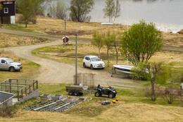 Parkering her like nedenfor den hvite bilen, ved poostkassene - Foto: Kjell Fredriksen