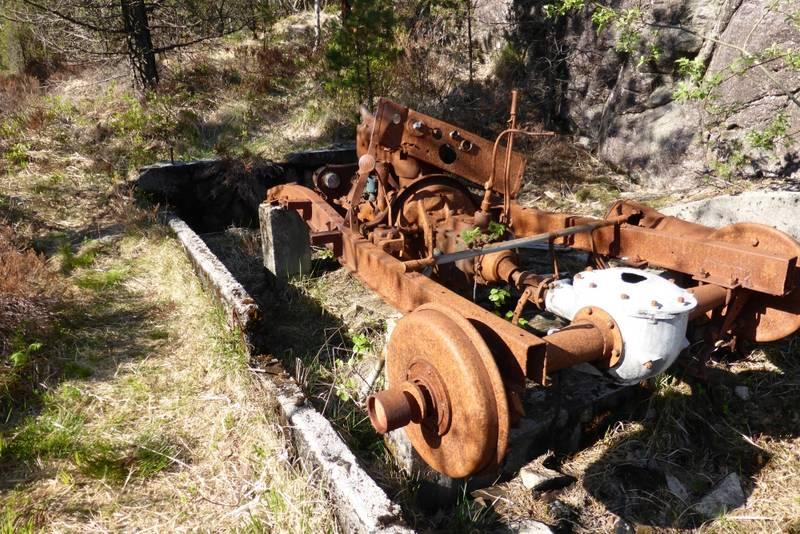 Rester av bilmotoren som drev taubanen.