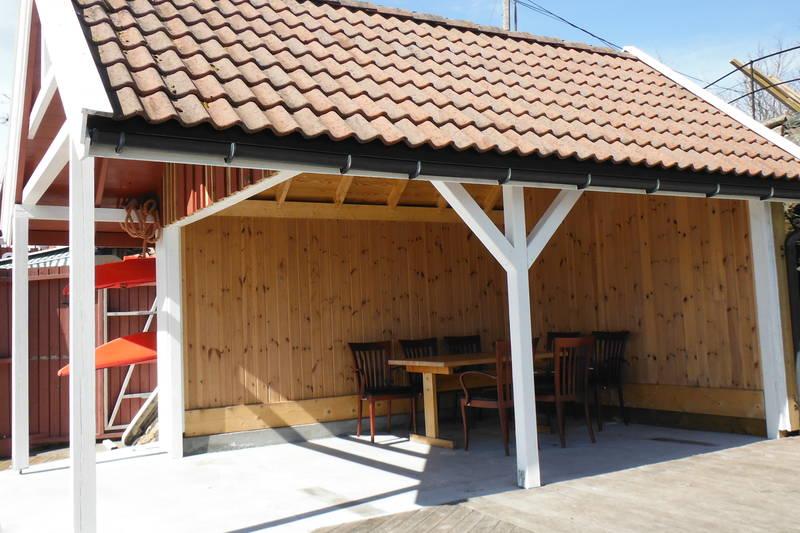 En stor brygge med gode sittemuligheter både under tak og utenfor.  Her er også kajakkene plassert.