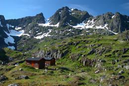 Trollfjordhytta ligger flott til i landet bak Trollfjorden - Foto: Bjørn Eide