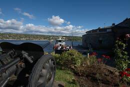 Vel i land med ferge eller egen båt på Oscarsborg er det mange kulturminner du kan besøke. -  Foto: Kyrre Hurum, Oslofjordens Friluftsråd