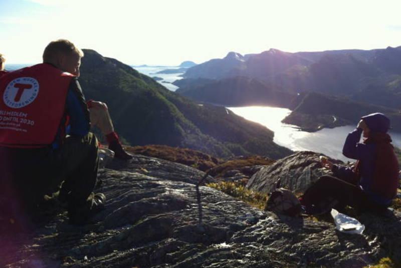 Utsik fra toppen av Middagsnipa med Nordalsfjorden nede til høgre og Hatlesetnipa rett fram.