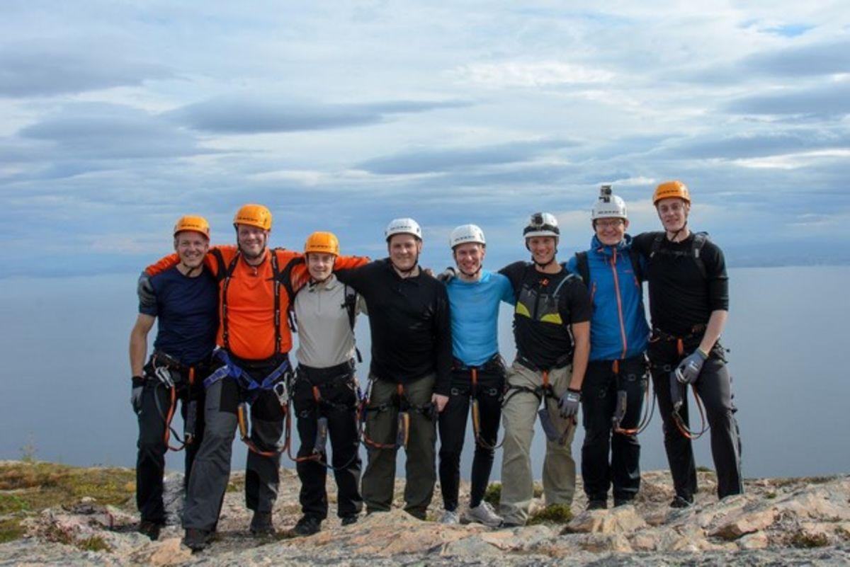 En glad gjeng på toppen av Munnkstigen