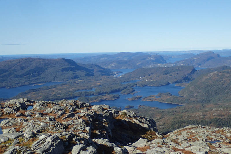 Utsikt mot Storavatnet på Osterøy, med full vannstand.
