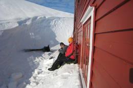 Pause i hytteveggen ved Høgabu - Foto: Arne-Kristian Teigland