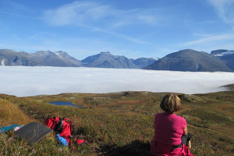 Nedanfor Agjeldsvatnet med utsikt mot Skåla.