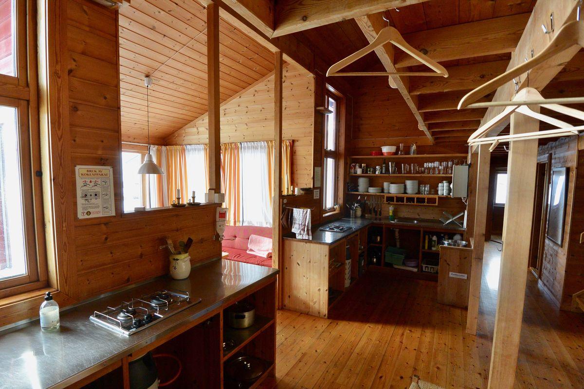 Kjøkken med god plass til å ordne et herremåltid.