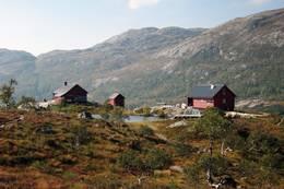 Høst på hytteanlegget Blåfjellenden. Den nærmeste bygningen er den nye sikringshytta -  Foto: Stavanger Turistforening