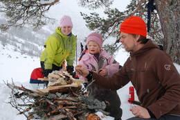 Familie koser seg i terrenget rundt Alexander Grieghytten. - Foto: Einar J. Grieg