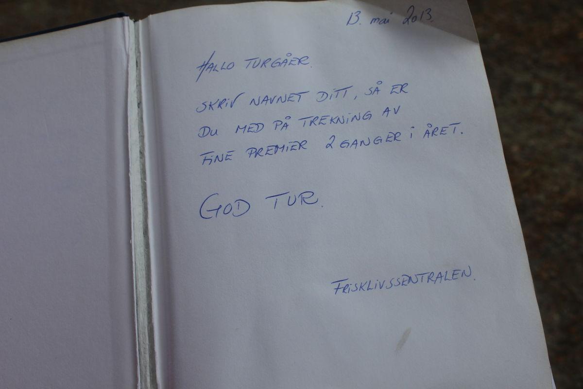 En hyggelig hilsen fra Frisklivssentralen om å skrive navnet sitt i boka.