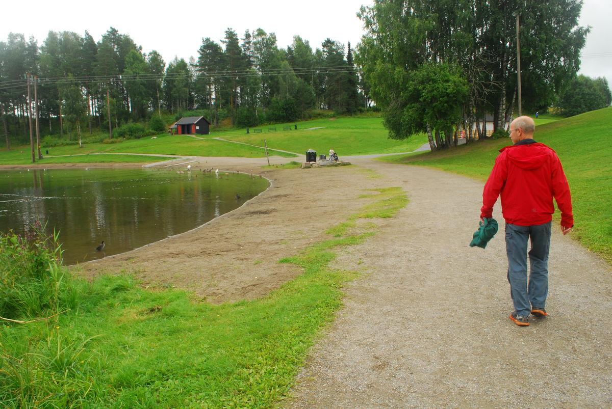 På sørsiden av vannet er det store gressletter og strender, med plass til mange.