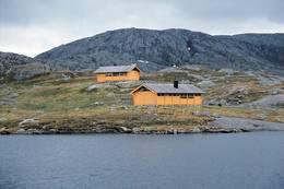 De to hyttene ligger fint til ved en bukt av Storsteinsvatnet - Foto: Stavanger Turistforening