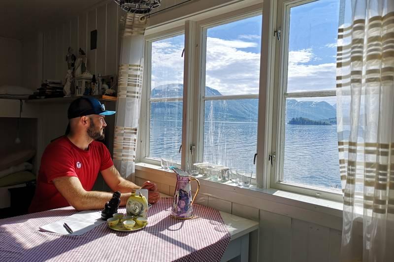 Flott utsikt utover fjorden og mot Åfarnes og Hestholmen.