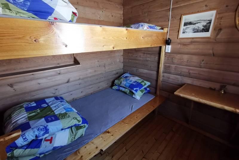 Ett av de tre soverom i storhytta. USB-ladekontakt ved sengen