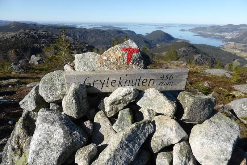 Toppen er nådd. Litt av Jørpeland i bakgrunnen. Tunglandsfjellet stenger for resten.