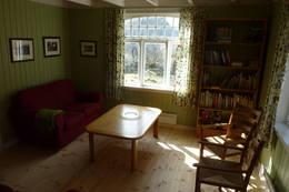 Gaudland stue består av 2 sofa og noen Jærstoler - Foto: Per henriksen