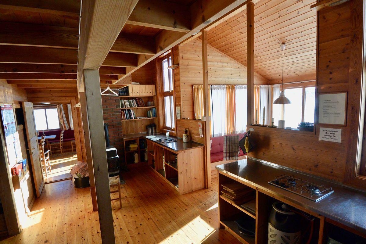 Kjøkken og egen utsiktsplass med utsikt over vannet.