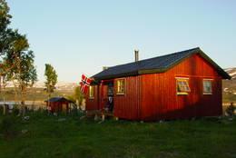Til tross for ung alder, har Fellvasstua allerede vært base for mange fjellfester. Og da må det flagges, må vite -  Foto: Berit Irgens