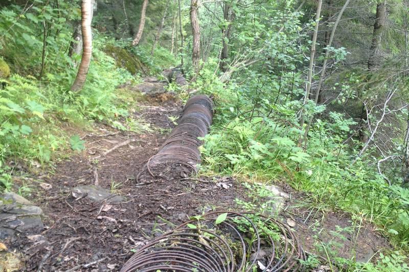 Her sees de gamle rørene som forsynte kraftverket med vann. Rørene var lagd av tre/plank med jernviklinger