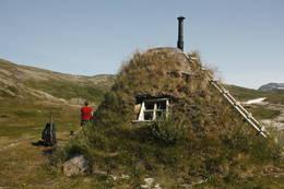 Vindu i oppholdsrommet gir flott utsikt nedover dalen -  Foto: Tor Magne Andreassen